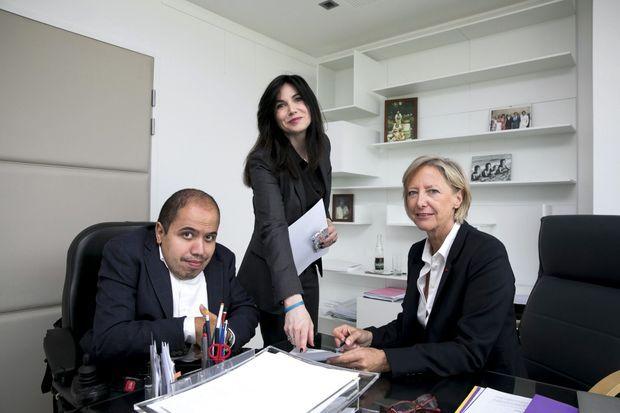 Avec sa chef de cabinet, Karen Martinon, et son conseiller presse, Yanis Bacha, militant d'En marche ! atteint de myopathie.