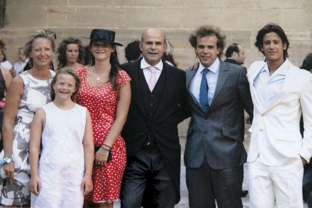 La famille lors d'un mariage, en juillet 2012 : Sophie, Julia, Camille, Bruno, Thomas et Pierre.