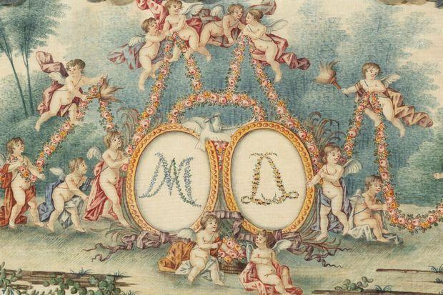 Détail du couvercle du coffre à layette du dauphin Louis Joseph aux chiffres de Louis XVI et Marie-Antoinette couronnés par les Amours