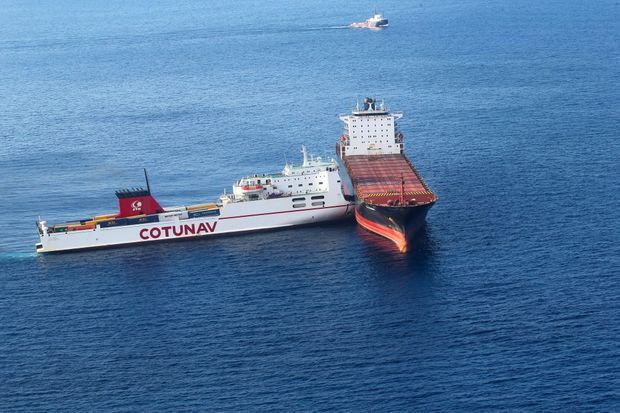 Les deux navires entrés en collision dimanche au large de la Corse, photographiés lundi.