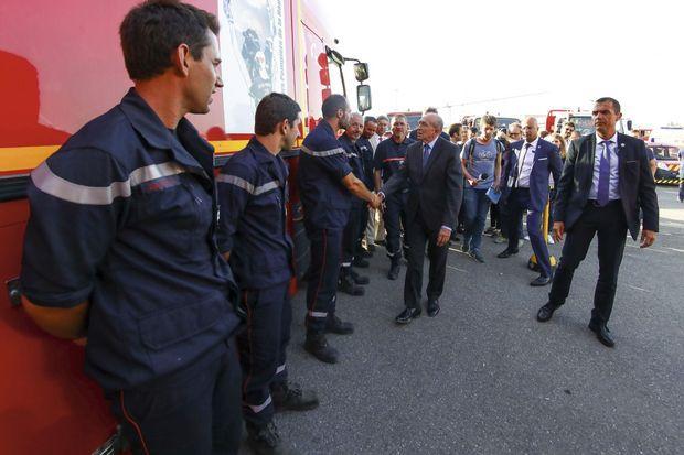 Le ministre de l'intérieur a rencontré quelques représentants des pompiers et de la sécurité civile et a pu se rendre compte de l'ampleur des dégâts en survolant la zone en hélicoptère avec le préfet de Haute-Corse Gérard Gavory.
