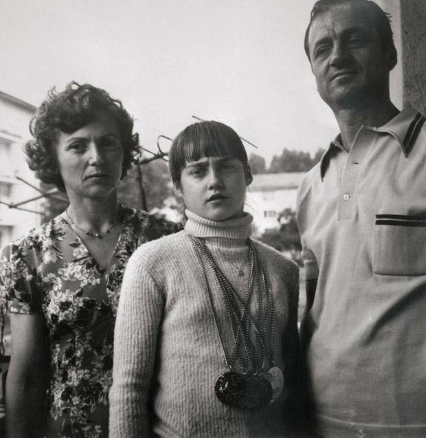 Nadia Comaneci, avec ses médailles et ses parents, à Bucarest en 1976.