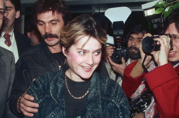 """Nadia Comaneci à son arrivée à l'aéroport JFK de New York, le 1er décembre 1989, suivie de son """"ami"""" Constantin Panait."""