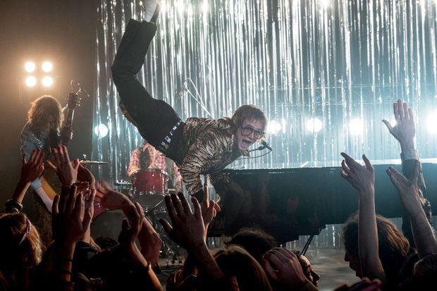 Comme Elton, Taron fait preuve d'une incroyable aisance au clavier.
