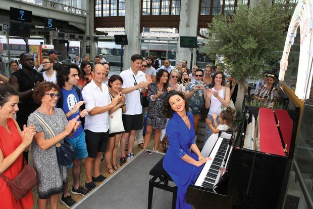 Concerto improvisé sur un piano en libre accès dans le hall de la gare de Lyon, le 8 juillet.