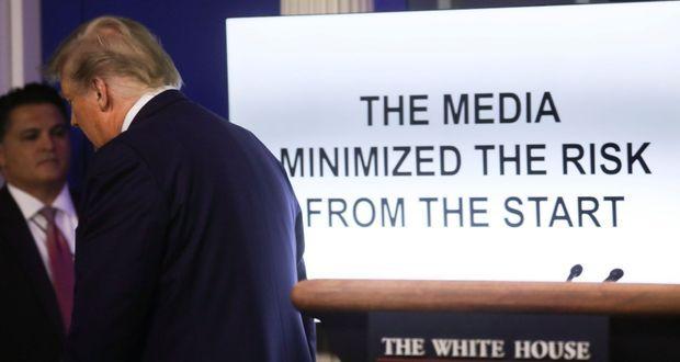 Donald Trump a fait diffuser un court film aux journalistes, lundi. Sur l'écran, une accusation : «Les médias ont minimisé les risques dès le début».