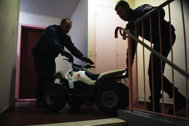 Confiscation du quad Suzuki blanc qui se trouvait dans l'appartement du suspect.