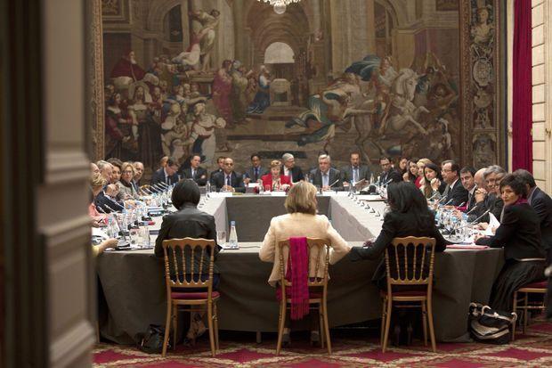 Lundi 6 mai, 10 h 35, à l'Elysée. Autour du président, l'équipe gouvernementale au grand complet dans le jardin d'hiver, orné d'une tapisserie de 1738 qui reproduit le tableau de Raphaël « Héliodore chassé du Temple ».