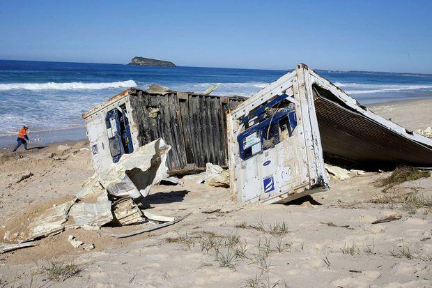 Deux conteneurs éventrés sur une plage non loin de Newcastle (Nouvelle-Galles du Sud).