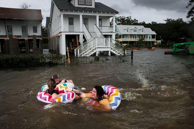 Contre mauvaise fortune bon cœur. En Louisiane (Etats-Unis), l'ouragan Barry a fait déborder le lac Pontchartrain, inondant la bourgade de Mandeville, le 13 juillet. Mais après le désastre de Katrina (2005), ces inondations ont juste l'air d'une plaisanterie.