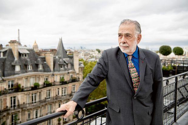 Sur le toit-terrasse de la suite, 60m2 bordés de verdure qui offrent une vue panoramique sur Paris.
