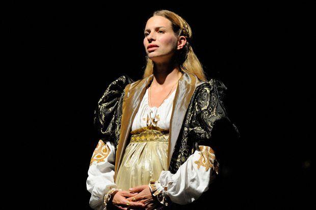 """Coralie Audret dans la pièce de théâtre """"La Louve""""."""
