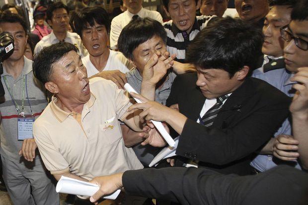 Des proches de victimes ont tenté de forcer l'accès au tribunal.