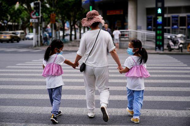 Une femme et ses deux filles à Shanghai, le 7 juin.