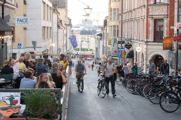 Des personnes en terrasse à Stockholm.