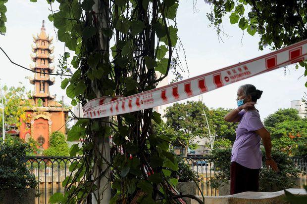 Une femme fait du sport à Hô Chi Minh-Ville, au Vietnam, où le coronavirus connaît une forte progression.