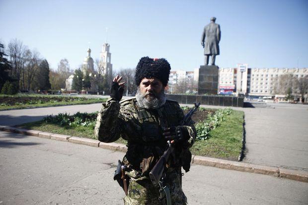 Alexander, cosaque pro-Kremlin rattaché à une unité d'hommes puissamment armés, parlant avec un fort accent russe, fait partie de ceux qui tiennent la mairie de Slaviansk.