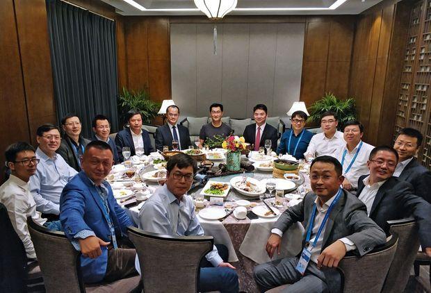 Côté Chine, les patrons des plus grandes sociétés d'informatique. A l'arrière-plan, au centre, Pony Ma Huateng, le président de Tencent. Deux sièges à sa droite, Lei Jun, le fondateur de Xiaomi. Lors de la 4e conférence mondiale d'Internet à Wuzhen, le 3 décembre 2017.