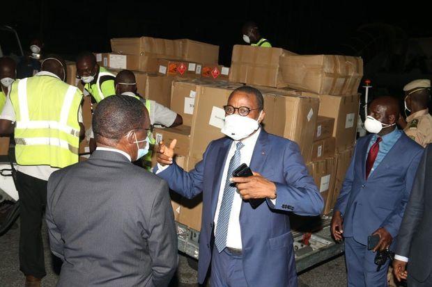 Arrivée de matériel médical livré par le groupe Arise en Cote d'Ivoire, mardi 31 mars en présence du ministre de la Santé M. Eugène Aka Aouélé