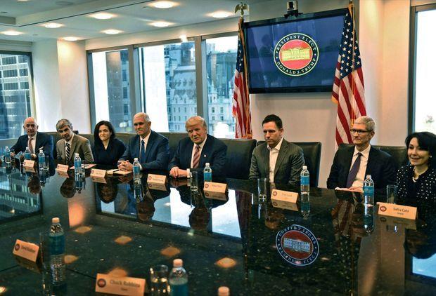Côté Etats-Unis, autour de Mike Spence et de Donald Trump, Jeff Bezos, P-DG d'Amazon, Larry Page, cofondateur de Google, Sheryl Sandberg, directrice des opérations de Facebook, Peter Thiel, cofondateur de PayPal, Tim Cook, directeur général d'Apple, et Safra Catz, P-DG d'Oracle. A la Trump Tower, le 14 décembre 2016.