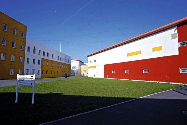 La cour d'honneur de la prison, où l'Alouette II s'est posé en vol stationnaire. Dans le fond, la porte blanche du bâtiment jaune a été découpée à la disqueuse par les complices de Faïd.