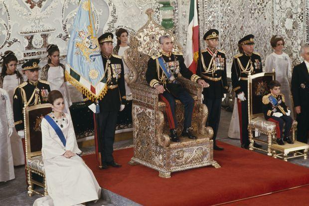 Cérémonie de couronnement du shah d'Iran, Mohammad Reza Pahlavi, et son épouse Farah Diba, en compagnie de leur fils, le prince Reza Pahlavi à Téhéran le 26 octobre 1967