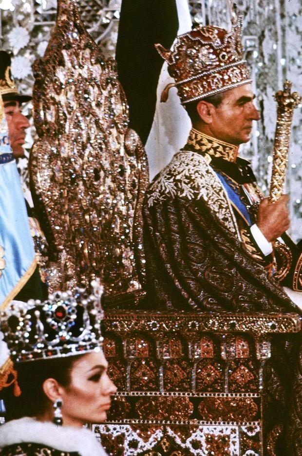 Le shah d'Iran, Mohammad Reza Pahlavi, et son épouse Farah Diba, couronnés, le 26 octobre 1967 à Téhéran