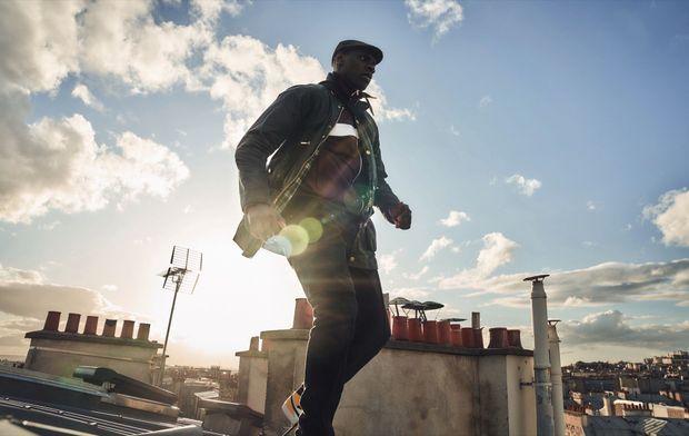 Course-poursuite sur les toits de Paris. Le repaire du héros est un appartement avec vue sur Montmartre.