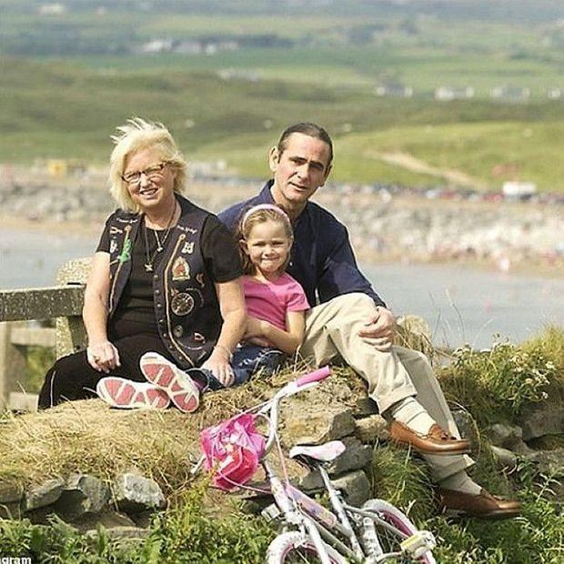 Courtney Kennedy et Paul Hill avec leur petite fille sur la côte ouest irlandaise, où ils se sont installés de 2002 à 2006.