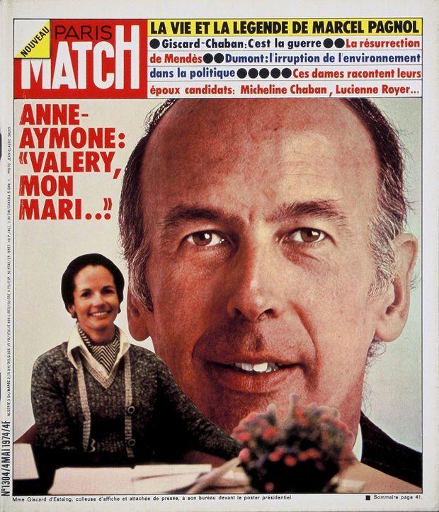 """« Anne-Aymone : """"Valéry, mon mari..."""" - Mme Giscard d'Estaing, colleuse d'affiche et attachée de presse à son bureau devant le poster présidentiel » - Paris Match n° 1304, daté du 4 mai 1974."""