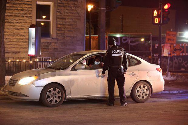 Un contrôle policier à Montréal le 9 janvier 2021 lors du nouveau couvre-feu