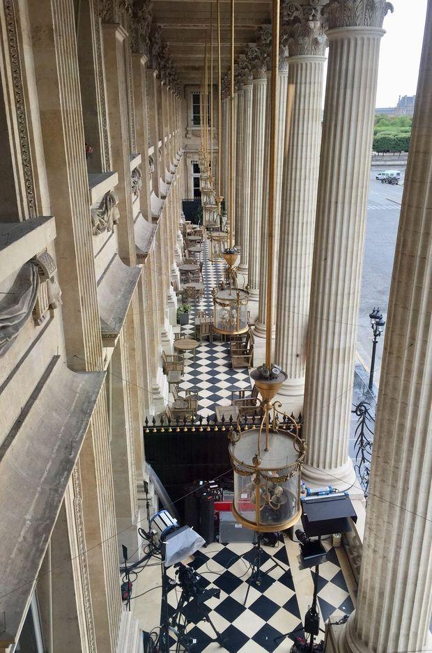 La terrasse à colonnes corinthiennes sous les arcades