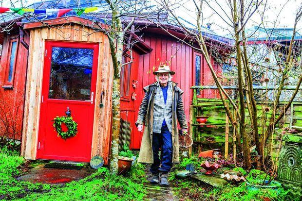 Craig l'Australien, l'un des premiers habitants, devant sa maison-baril.