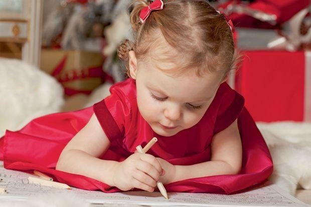 Crayons de couleur et concentration, Gabriella pourra bientôt composer les cartes de voeux de la famille.