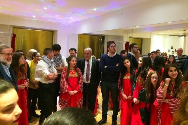Le Dr Henri Cohen-Solal et Issa Jaber entourés des danseurs.