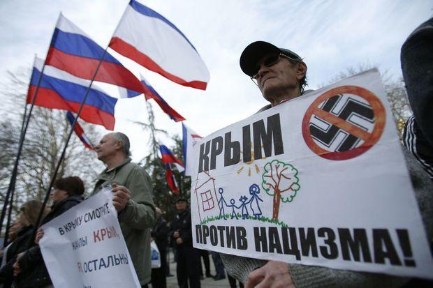 """Lors d'une manifestation pro-russes à Simferopol jeudi. """"La Crimée est contre le nazisme"""", assure la pancarte."""