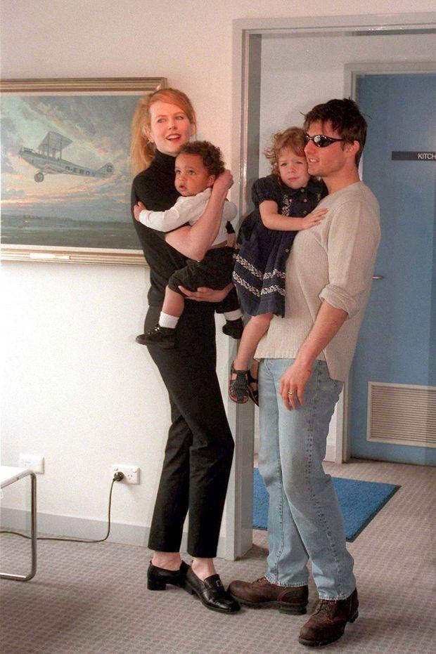 Nicole Kidman et Tom Cruise avec leurs enfants Connor et Isabella, à l'aéroport de Sydney en janvier 1996.