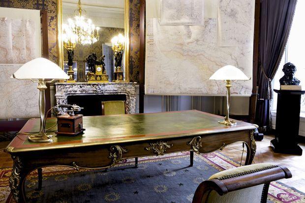 A cette table, clemenceau menait les opérations. Premier étage de l'hôtel de Brienne, 14, rue Saint-Dominique, à deux pas de l'Assemblée nationale, le bureau, laissé longtemps à l'abandon, a été remeublé à l'identique.