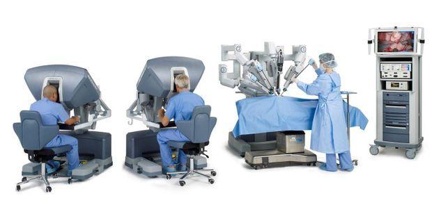 Pour que les bras du robot bougent, la tête du chirurgien doit être totalement en contact avec l'habitacle.