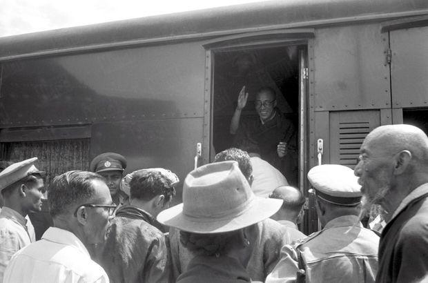 """""""À Tezpur, porte de l'Himalaya, un train spécial envoyé par Nehru attendait le Dalaï-Lama au bout de sa longue marche. Le Bouddha vivant avait encore 2000 km à parcourir pour atteindre sa résidence définitive : Mussoorrie. Il lui fallut trois jours pour faire ce voyage : à chaque gare, des fidèles l'attendaient."""" - Paris Match n° 525, 2 mai 1959."""