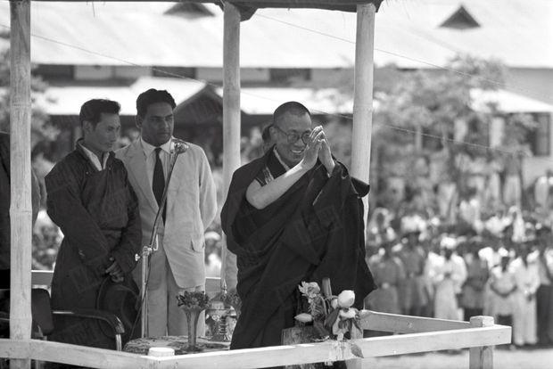 """""""À l'étape de Sarnath, petit ville où prêcha le Bouddha, un micro et une foule attendaient l'exilé."""" - Paris Match n° 525, 2 mai 1959."""