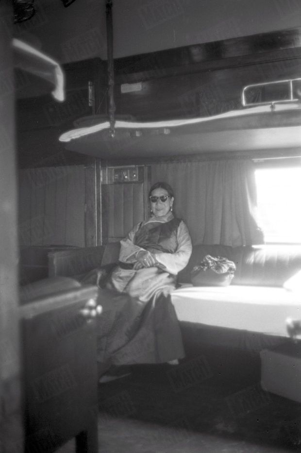 """""""Le Dieu Vivant a auprès de lui sa mère, à laquelle il avait réservé un compartiment dans son train. La vieille femme est restée la paysanne qu'elle était lorsque les sages vinrent."""" - Paris Match n° 525, 2 mai 1959."""