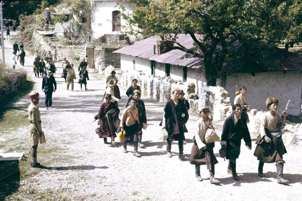 Traqué par les Chinois, le 14e Dalaï Lama a fuit le Tibet et trouvé refuge en Inde. Entre 1959 et 1960, c'est environ 80 000 Tibétains qui vont s'exiler et traverser l'Himalaya pour rejoindre leur chef spirituel. Ici, en avril 1959, un groupe de réfugiés et de résistants tibétains traversant à pied un village indien.