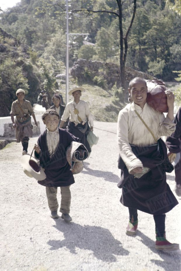 Traqué par les Chinois, le 14e Dalaï Lama a fuit le Tibet et trouvé refuge en Inde. Entre 1959 et 1960, c'est environ 80 000 Tibétains qui vont s'exiler et traverser l'Himalaya pour rejoindre leur chef spirituel. Ici, en avril 1959, un groupe de réfugiés et de résistants tibétains à pied sur un chemin de montagne.