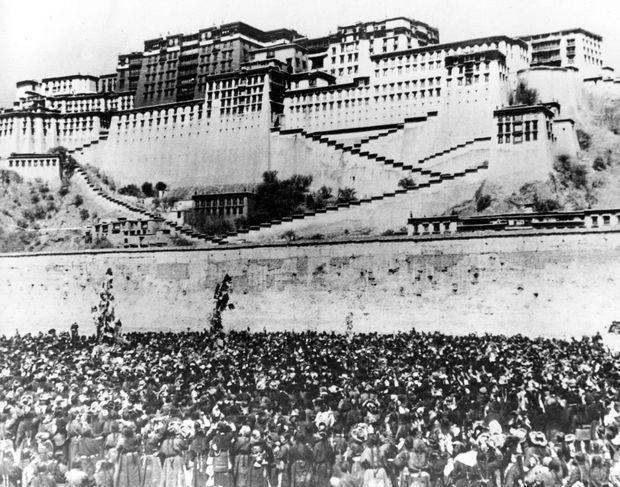 """""""La fuite du Dalaï-Lama ne put aboutir que grâce à une conspiration de tout son peuple. Pendant les dernières heures qui précèdent l'invasion des Rouges, le mur d'enceinte protégeant Shangri-La le monastère légendaire voit une foule noire s'agglomérer à ses pieds, comme une marée humaine : ce sont les femmes de Lhassa. Elles viennent protéger la fuite de leur jeune souverain. Quand les avant-gardes chinoises auront réussi à briser ce rempart, il sera trop tard : le Dalaï-Lama sera déjà dans la montagne."""" - Paris Match n° 550, 24 octobre 1959."""