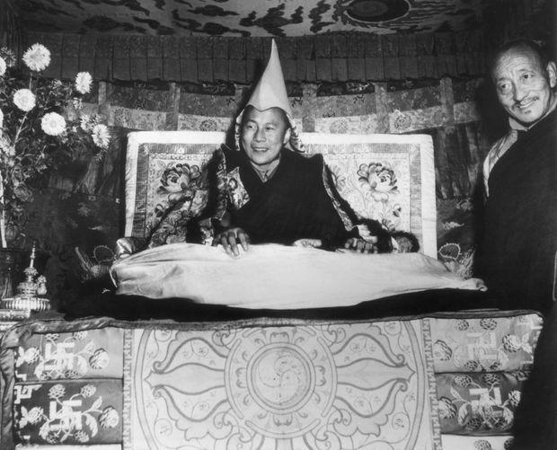 Début 1959, le Dalaï Lama sur son trône, à Lhasa, au Tibet.
