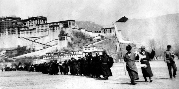 Fin mars 1959 : reddition des insurgés tibétains devant les troupes chinoises.