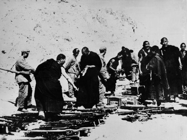 Fin mars 1959 : les insurgés tibétains déposent les armes devant les troupes chinoises.