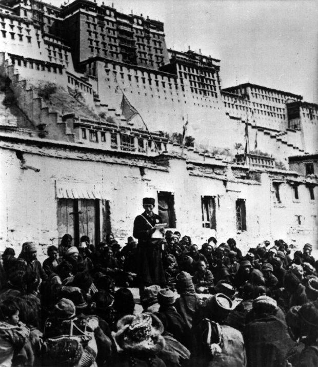 Fin mars 1959 : devant le palais du Potala, un interprète chinois annonce au peuple tibétain les mesures prises par Pékin.