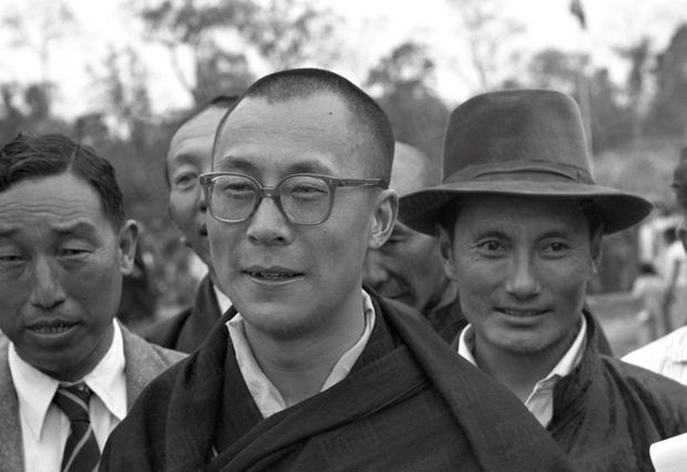 Traqué par les Chinois, le 14e Dalaï Lama a fuit le Tibet et trouvé refuge en Inde. Le 18 avril 1959, il arrive à la frontière de l'Assam, après avoir traversé la région des territoires de la North East Frontier Agency (NEFA) qui sépare l'Inde du Tibet et de la Chine. Avant de rejoindre la ville de Tezpur où lui et ses partisans sont attendus par la presse internationale, il fait quelques pas pour saluer le comité d'accueil venu l'attendre à la frontière. Derrière lui, coiffé de son chapeau, Gyalo Thondup, un de ses frères aînés.